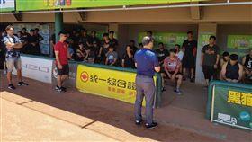 統一獅領隊蘇泰安向球員宣布劉育辰代理總教練。(圖/統一獅提供)