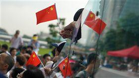七一遊行前夕  上萬港人聲援警察(2)香港七一遊行將登場,香港反送中支持者將在遊行要求港府撤銷先前遊行的「暴動」定性等。建制派立法會議員30日在金鐘添馬公園舉辦集會,支持警察執法,參與民眾手持中國國旗表達立場。中央社記者裴禛香港攝  108年6月30日