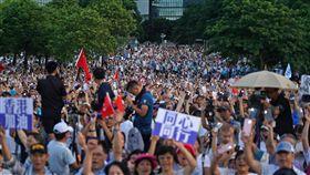 上萬港人聲援警察執法(1)香港反送中支持者不滿警察在612遊行執法過當,將在七一遊行要求港府撤回反送中遊行的「暴動」定性。建制派立法會議員30日在金鐘添馬公園舉辦集會,支持警察執法,上萬民眾到場參與。中央社記者裴禛香港攝  108年6月30日