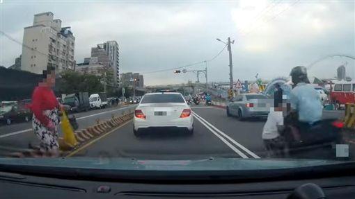 新北,新月廣場,新莊,穿越馬路,男童(圖/翻攝台灣新聞記者聯盟資訊平台)