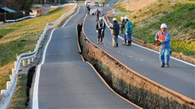 日本位於歐亞大陸板塊、北美洲板塊、太平洋板塊及菲律賓板塊等4個板塊的交界處,近年來地震頻傳,較大的地震過後,日本的路面上經常會出現像是「一條線」的整齊裂痕,而非一般不規則狀的裂縫,就像被刀子切成兩半一樣,讓人感到十分好奇,那影響裂痕形狀的原因到底是為什麼呢?(圖/翻攝自NYT)