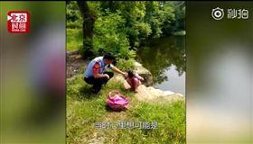 池塘邊有個書包…警巡邏救起落水女童 (圖/翻攝自秒拍)