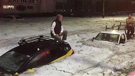 墨西哥30度高溫突降冰雹 積1.5公尺高整輛車遭掩埋 圖/翻攝自推特
