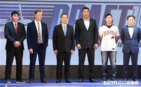 ▲統一獅全體穿球衣出席選秀會,右2為代理總教練劉育辰。(圖/記者林士傑攝影)