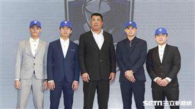 ▲富邦悍將總教練陳連宏與選進新秀合影。(圖/記者林士傑攝影)
