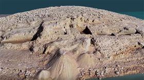 伊拉克庫德斯坦(Kurdistan)地區的水庫,近日發生乾旱,沒想到卻「因禍得福」,因為乾旱導致水位下降,意外讓3400年前的古王國宮殿現身。而考古學家研究後,認為這座宮殿是美索不達米亞文明的米坦尼王國(Mitanni)遺跡。圖/翻攝自《Eberhard Karls Universität Tübingen》YouTube