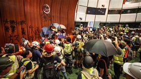 香港太陽花 示威者衝入立法會(1)數以百計的香港示威者1日晚間撬開鐵門後闖入立法會,進一步占領議場,不但噴漆將特區政府的區徽塗黑,並噴上「太陽花HK」、「林鄭下台」、「釋放義士」等口號。中央社記者裴禛香港攝 108年7月1日
