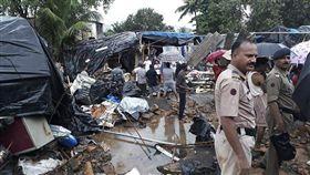 印度西部大城孟買近日遭遇豪雨,導致至少15人死亡。 (圖/美聯社)
