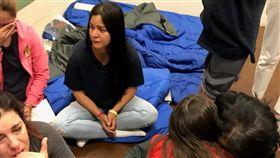 美國紐約州民主黨籍眾議員寇蒂茲,在推特發出移民哭泣的照片。 (圖/翻攝自Alexandria Ocasio-Cortez推特)