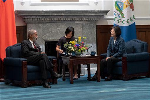 蔡英文總統2日上午接見貝里斯總督楊可為(Colville Young)爵士訪問團。(圖/總統府提供)