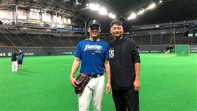 ▲Lamigo打擊教練曾豪駒(右)在休兵期間,前往札幌探訪王柏融。(圖/取自Lamigo粉絲團)