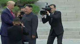 川金會漏網!北韓記者「用生命卡位」 遭美國隨扈一把抱走(圖/翻攝自YouTube)