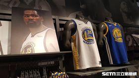 NBA Store的Kevin Durant球衣促銷中。(圖/記者劉彥池攝影)