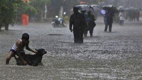 印度孟買連日豪雨導致貧民營圍牆倒塌,至少15人死亡。 (圖/達志影像/美聯社)