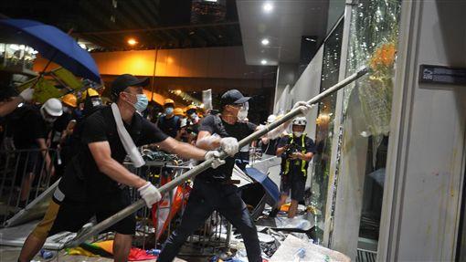 香港立法會嚴重受損(1)香港立法會大樓1日晚間一度遭反送中示威者攻占,示威者強行擊破大樓外部玻璃門進入,內部多處設施也遭破壞。立法會主席梁君彥2日形容大樓遭嚴重損毀,不能在短時間內修復,未來兩週都不能舉行會議。中央社記者裴禛香港攝 108年7月2日