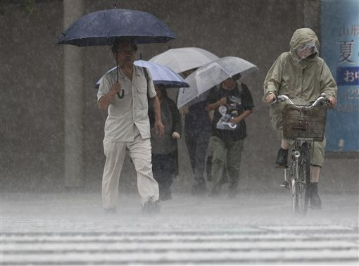 日本九州下起豪雨,氣象廳警告:快逃命!圖/美聯社/達志影像