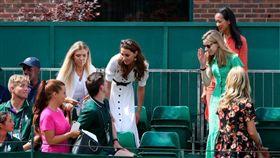 溫網英國女將出賽 凱特罕見現身14號球場觀戰英國威廉王子的妻子凱特(後排中間)2日來到溫布頓網賽第14號球場觀看比賽,對英國王室成員來說是項罕見舉動。(圖/翻攝自Wimbledon)