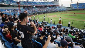 中職桃猿戰統一獅 5000球迷進場中華職棒16日在桃園棒球場進行統一7-ELEVEn獅隊與Lamigo桃猿隊賽事,桃猿舉辦主題活動「文青趴」,吸引5234名觀眾進場同樂。中央社記者張新偉攝 108年6月16日