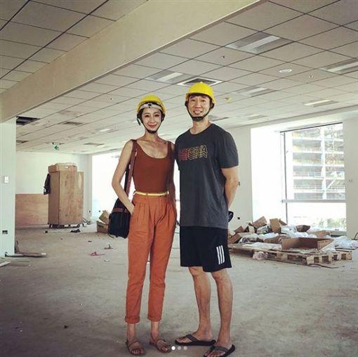 過去隋棠與老公去找新辦公室時,戴上工地帽的照片。(圖/翻攝自隋棠IG)