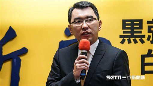 新黨秘書長楊世光針對王炳忠、侯漢廷等人遭拘提召開記者會對外說明。 圖/記者林敬旻攝