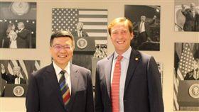 民進黨主席卓榮泰拜訪美國「共和黨全國委員會」,會見共和黨共同主席湯米‧希克斯(Tommy Hicks),就政黨外交與深化台美關係進行對談。(圖/民進黨提供)