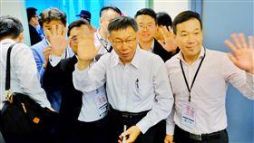 柯文哲赴上海參加雙城論壇(2)台北市長柯文哲(前右2)3日率團搭機前往上海參加雙城論壇,他表示,這次參加雙城論壇,除了市政上的交流,最主要的目的就是關心在大陸的台灣人。中央社記者吳睿騏桃園機場攝 108年7月3日