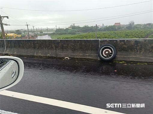 台西分局警車打滑自撞/網友楊以茜授權提供