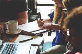 辦公室,同事。(圖/Pixabay)