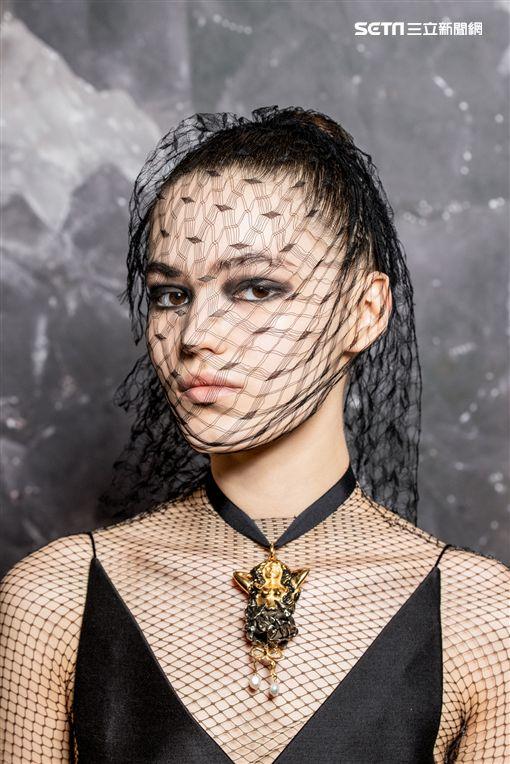 由迪奧全球彩妝創意形象總監Peter Philips設計並執行後台彩妝