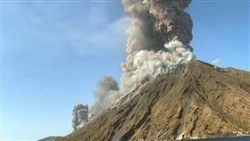 義大利,斯特龍伯利島,火山,噴發。(圖/翻攝自Sotiri Dimpinoudis推特)