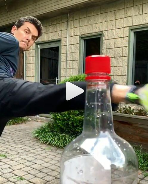 歌手約翰梅爾也在IG完成「瓶蓋挑戰」。(圖/翻攝自IG)