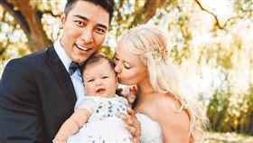 羅平與老婆8月大的女兒也意外曝光。(圖/翻攝自臉書)