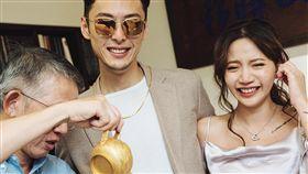 陳艾琳在臉書上宣布與顏庭笙訂婚。(圖/翻攝自臉書)