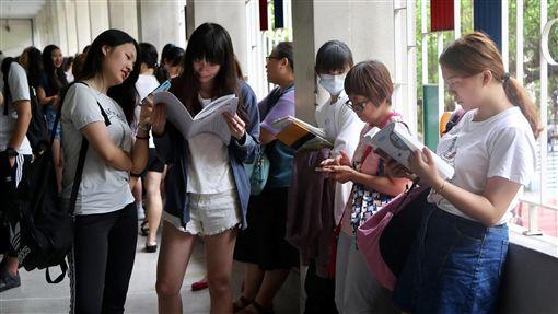 大學指考第2天 考生衝刺複習(1)108學年度指定科目考試2日進入第2天,考生在試場外把握時間複習,做最後衝刺。中央社記者張皓安攝 108年7月2日