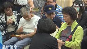 蔡英文總統4日下午赴嘉義市立殯儀館慰問殉職員警李承翰家屬。