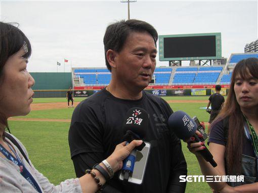 ▲Lamigo總教練洪一中練球時受訪。
