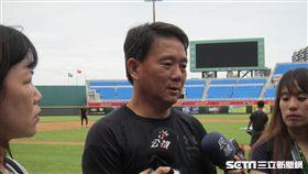 ▲Lamigo總教練洪一中練球時受訪。(圖/記者蕭保祥攝影)