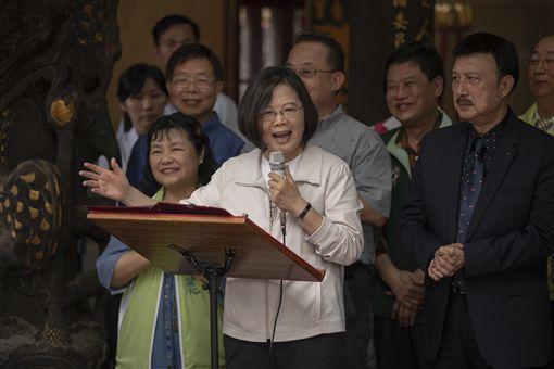 蔡英文總統4日上午赴三重先嗇宮參拜。(圖/總統府提供)