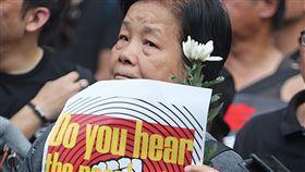 反送中遊行  民眾白花悼念亡者(3)香港泛民主派團體民間人權陣線16日再次發起反修訂逃犯條例大遊行,1名遊行民眾手持白花,悼念墜樓身亡的反送中男子。中央社記者裴禛香港攝  108年6月16日