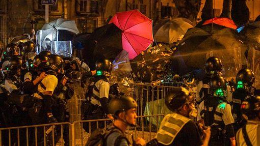 香港太陽花 強勢警力驅離立法會周邊示威者(3)大批香港示威者1日晚間占領立法會議場,似在複製2014年台灣「太陽花運動」;2日凌晨數百名手持防暴器械的香港警察採取行動,以胡椒噴劑和催淚瓦斯強勢驅離群眾。中央社記者裴禛香港攝 108年7月2日