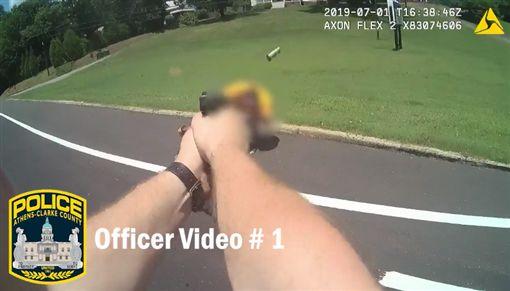 殺了我!失控男揮刀朝警爆衝 下秒遭擊斃(圖/翻攝自Athens-Clarke County Police Department臉書)