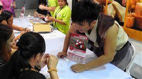 菲旅客愛台灣水果和伴手禮 消費力不容小覷菲律賓下半年規模最大的旅展「瘋旅行」(TME)4日登場,台灣「十鼓擊樂團」團員教消費者動手做祈福鼓。中央社記者陳妍君馬尼拉攝 108年7月4日