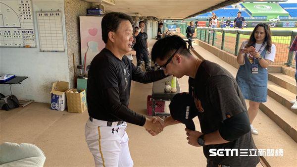 統一獅代理總教練劉育辰(右)與洪一中總教練打招呼。(圖/記者王怡翔攝影)