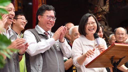 蔡英文總統9日赴桃園參拜宮廟,桃園市長鄭文燦也陪同。(圖/翻攝蔡英文臉書)