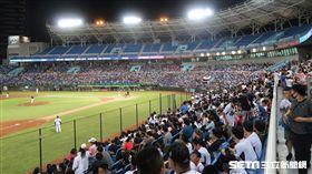桃猿宣布轉賣後首戰,桃園棒球場球迷熱情進場支持。(資料圖/記者王怡翔攝影)