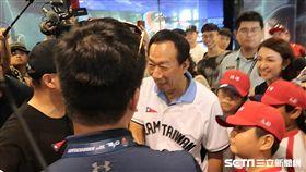 郭台銘與劉玠廷領隊握手。(圖/記者王怡翔攝影)