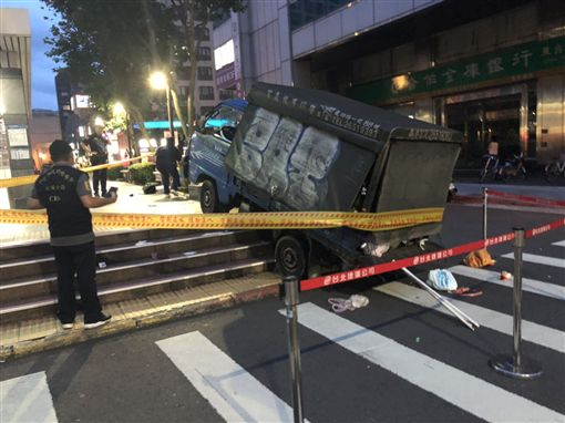 台北,大安,貨車,撿手機,過失致死,夫妻。翻攝畫面