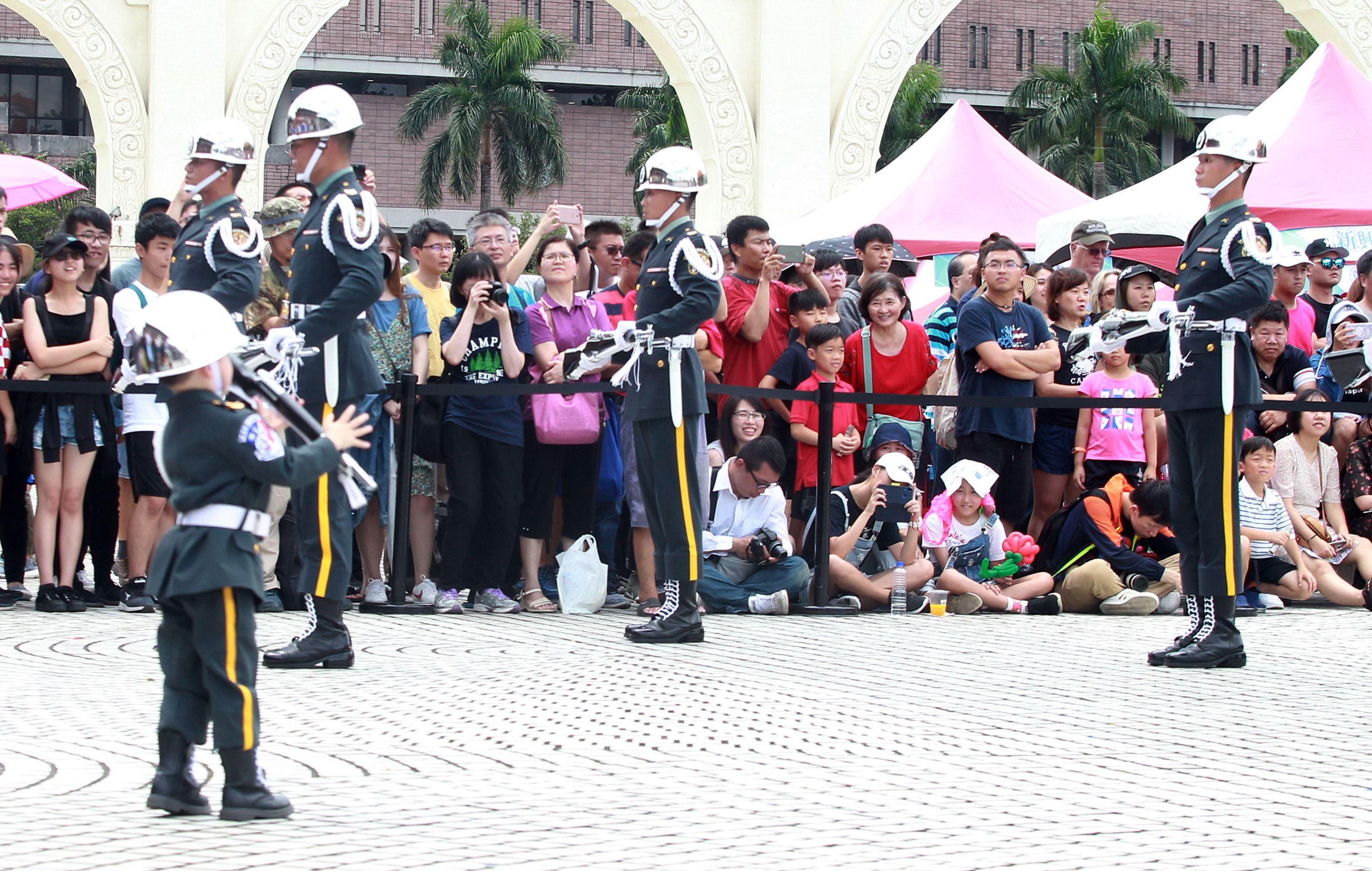 四歲的迷你禮兵孫孫愛上三軍儀隊,穿上儀隊軍服有模有樣場邊觀摩跟著操槍,超可愛的。(記者邱榮吉/攝影)