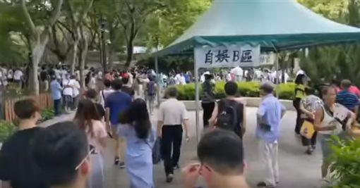 香港「反送中」運動還沒平息,上萬港人昨(6)日又發起「光復屯門」行動,主要是針對中國大媽入侵屯門公園,因為中國大媽常常在公園跳豔舞,除了製造噪音外,還有大媽涉嫌表演行乞賣淫!(圖/翻攝自YouTube)