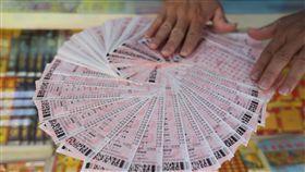 威力彩頭獎連摃45期衝12.7億 彩迷拚包牌連摃45期的威力彩29日晚間開獎,台灣彩券預估,頭彩將上看新台幣12.7億元,北市一間常開出頭彩的彩券行表示,有彩迷從上期開始就集資新台幣8萬元包牌,打算買到開出頭彩的那一期。中央社記者徐肇昌攝 107年10月29日